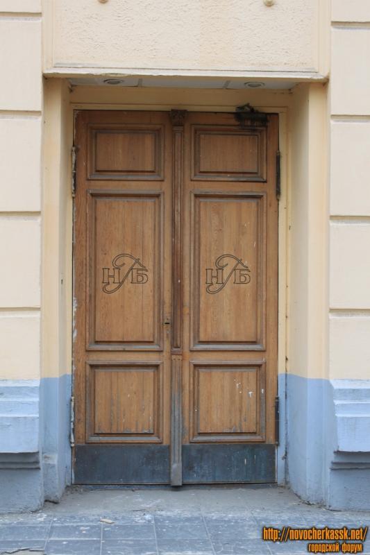Двери дома на площади Троицкой, 1