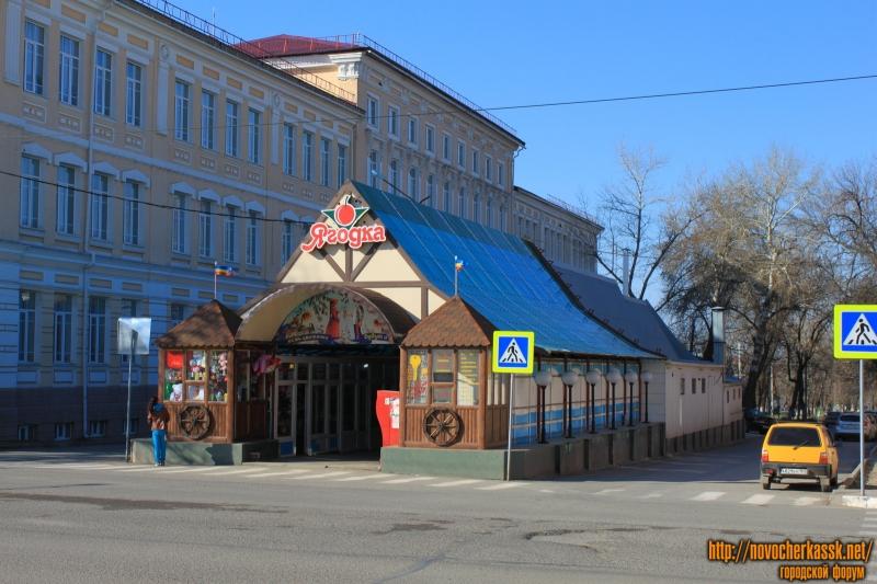 Павильон «Ягодка» на перекрестке Комитетской и Московской