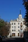 Дом со шпилем на углу Кривопустенко и Московской