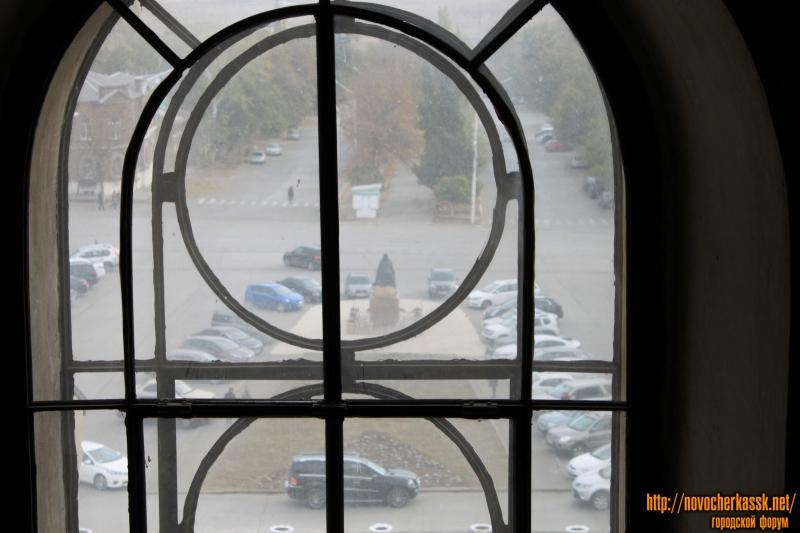 Вид на памятник Бакланову из окна собора