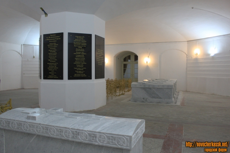 Нижний храм в соборе и усыпальницы