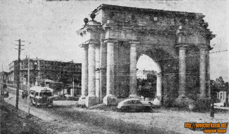 Спуск Герцена. На фоне - стройщийся дом на углу Буденновской. 1954 год