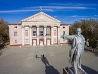 Памятник Ленину и дом культуры поселка Октябрьского