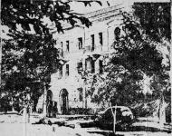 Один из новых домов на углу улиц Просвещения и Пушкинской. Октябрь 1954 года