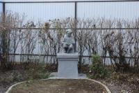 Памятник в доме учителя (пр. Ермака, 103)