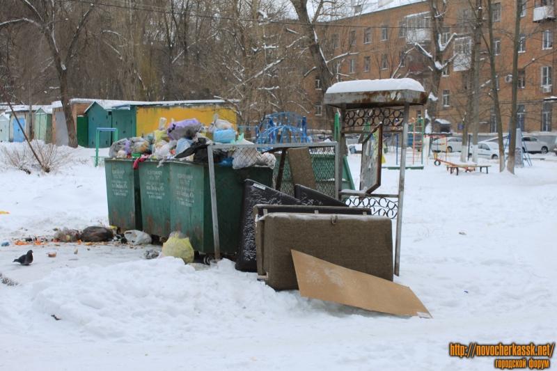 Соцгород. Табличка для объявлений и мусорные баки