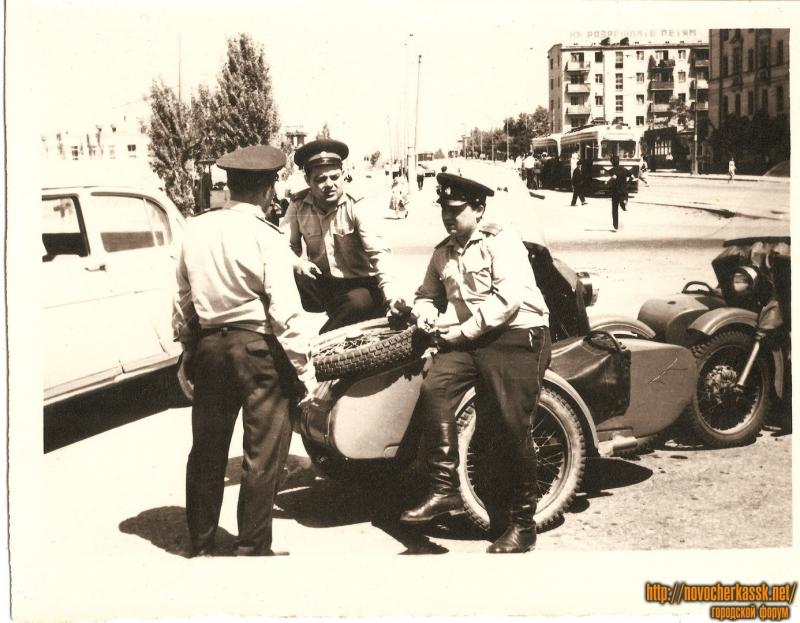 Милиционеры на улице 26 Бакинских комиссаров