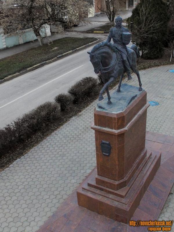 Памятник Атаману Платову перед собором