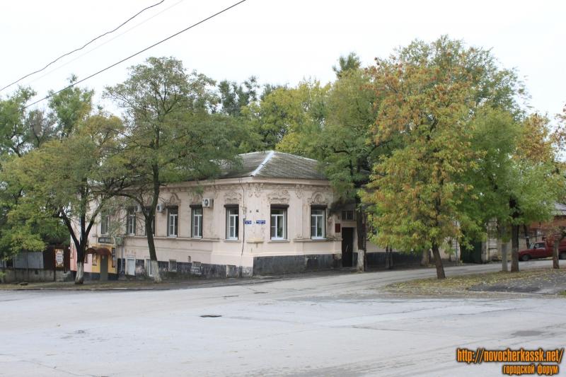 Красный спуск, 33 / Александровская улица, 79