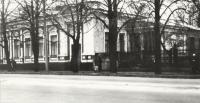 Дом справа от входа в детский парк. Улица Московская