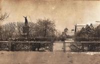 Сквер с памятником Платову. На фоне - собор с непозолоченными куполами