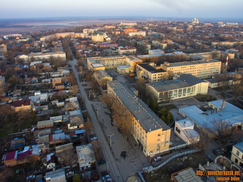 Вид на улицу Троицкую, лабораторный корпус и бассейн ЮРГПУ (НПИ) и здания НГМА