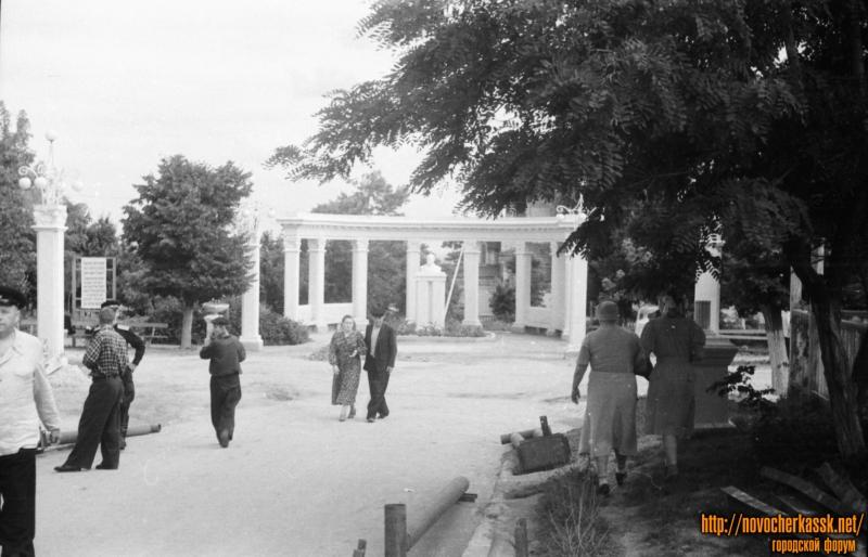 Ротонда в Центральном парке и памятник Ленину