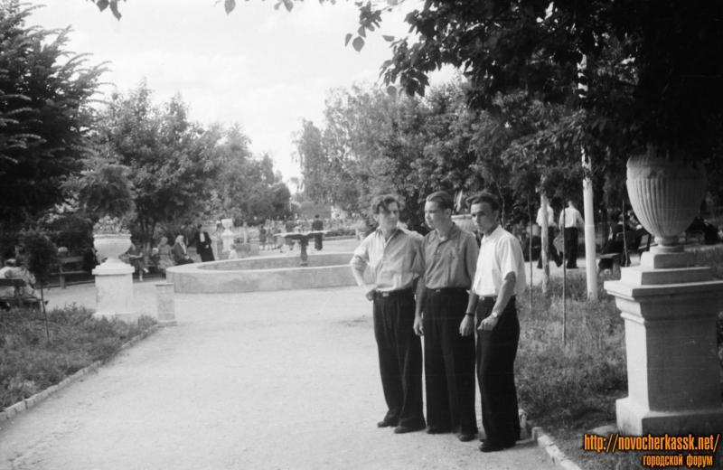 В сквере за памятником Ленину