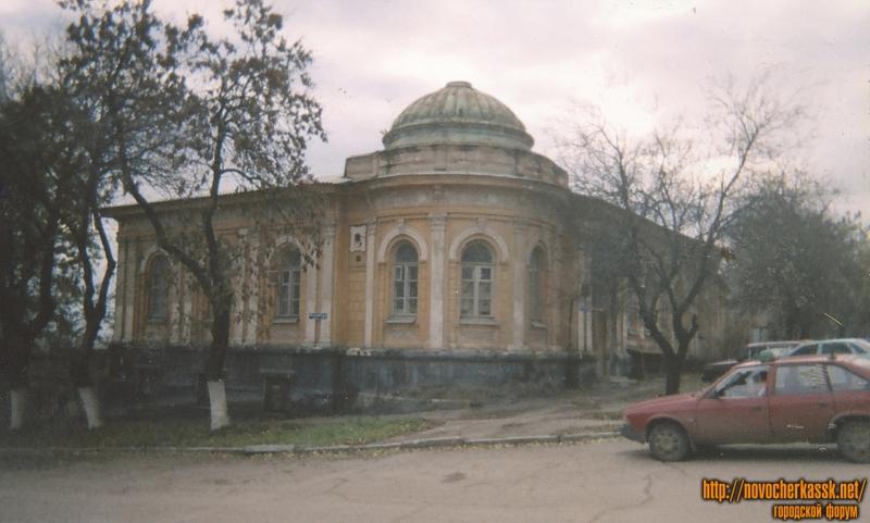Здание на углу Красного спуска и улицы Кавказской