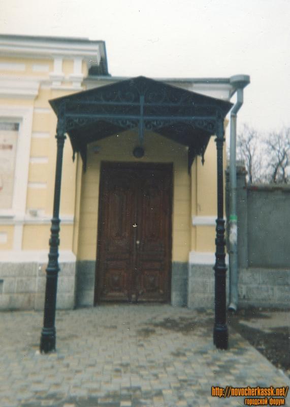 Улица Просвещения, 108. Парадный вход