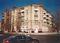 Ермака, 82. Угол с Маяковского. Дом «контрастов» - верхние этажи построены без «архитектурных излишеств». 1957 год