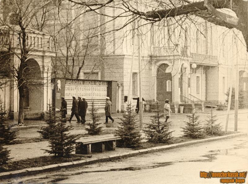 Улица Дворцовая и вход в городской парк
