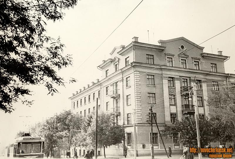 Студенческая поликлиника и общежитие на углу улиц Просвещения и Богдана Хмельницкого