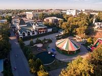Детская площадка и гостиница в Александровском парке