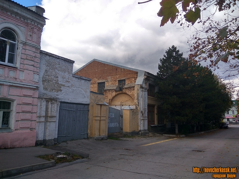 Улица Дворцовая, проезд к Платовскому. Бывшие гостинные ряды, вид сбоку