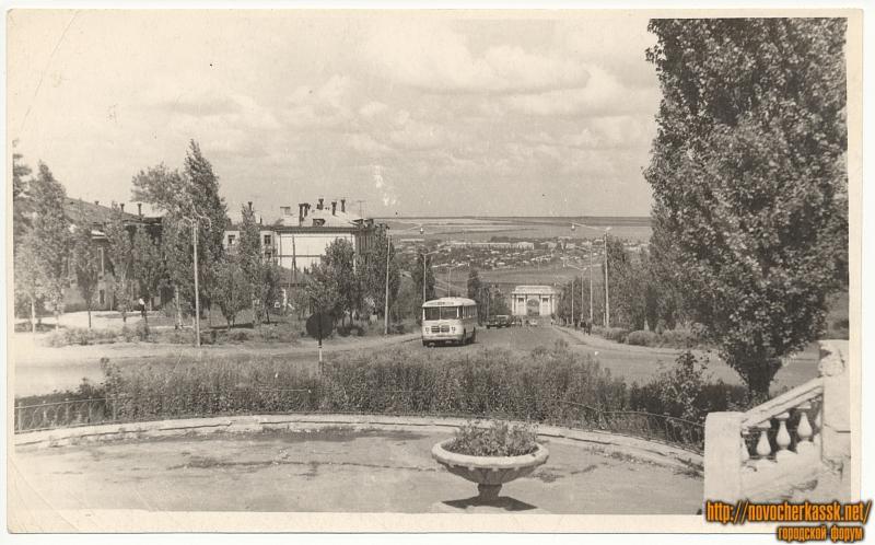 Вид на спуск Герцена. На подъеме - автобус ЗИЛ-158