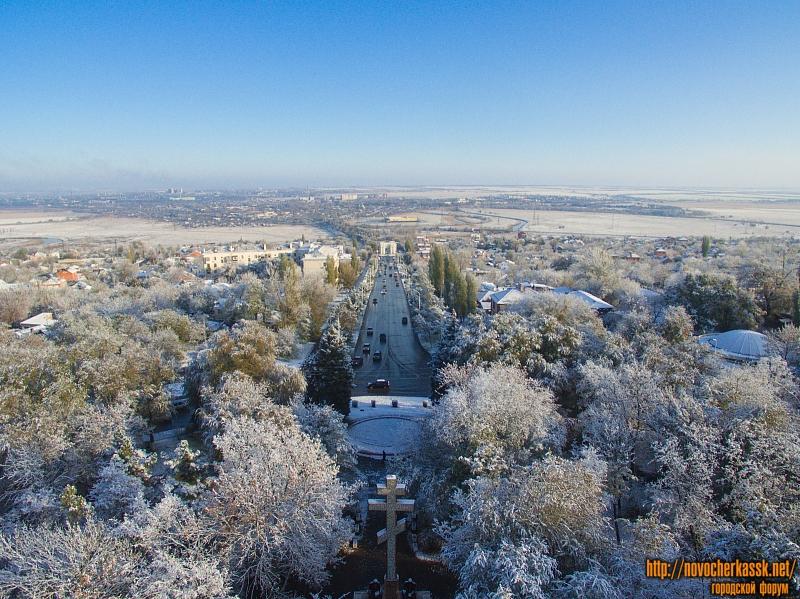 Спуск Герцена и вид на посёлки. Первый снег осенью 2016 года