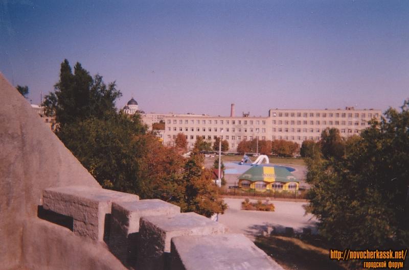Аквапарк и здание училища связи. Вид с кургана славы