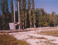 Монумент «Вечный огонь» и братское кладбище. Построен в 1975 году к 30-летию Победы. Архитектор В. Куроптеев