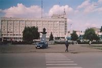 Гостиница «Новочеркасск» (построена в 1977 году) и памятник Ю. А. Гагарину (1982 год, скульптор В. Долманов)