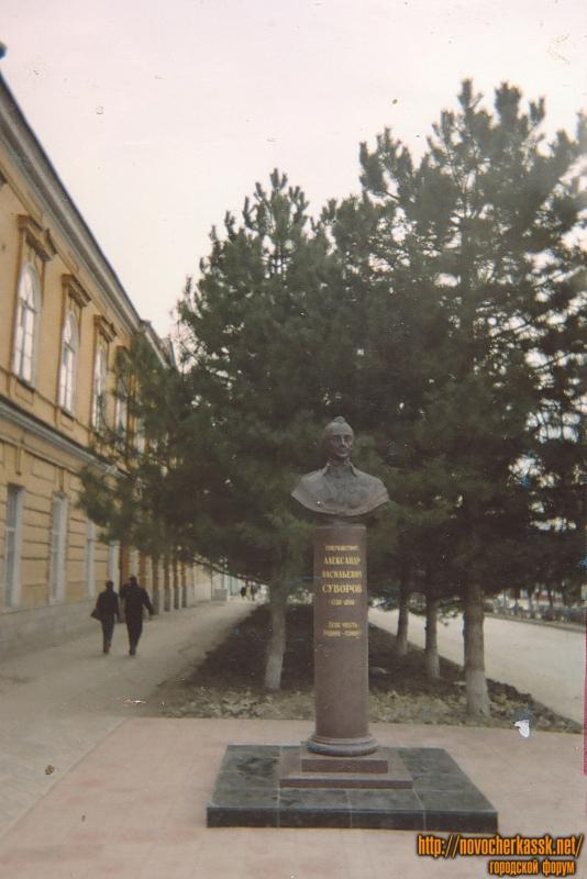 Памятник Суворову на Платовском проспекте на пересечении с Пушкинской