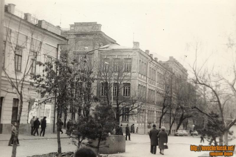 Вид на школу №1 с улицы Комитетской