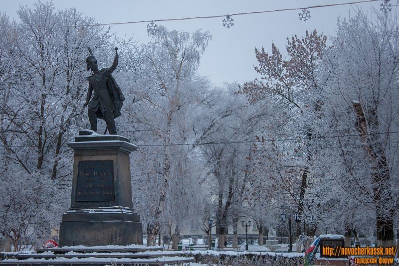 Памятник Платову и сквер перед Атаманским дворцом