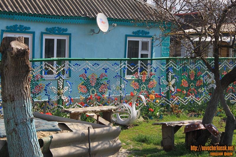 Необычный забор на улице Нечаева из крышек от бутылок