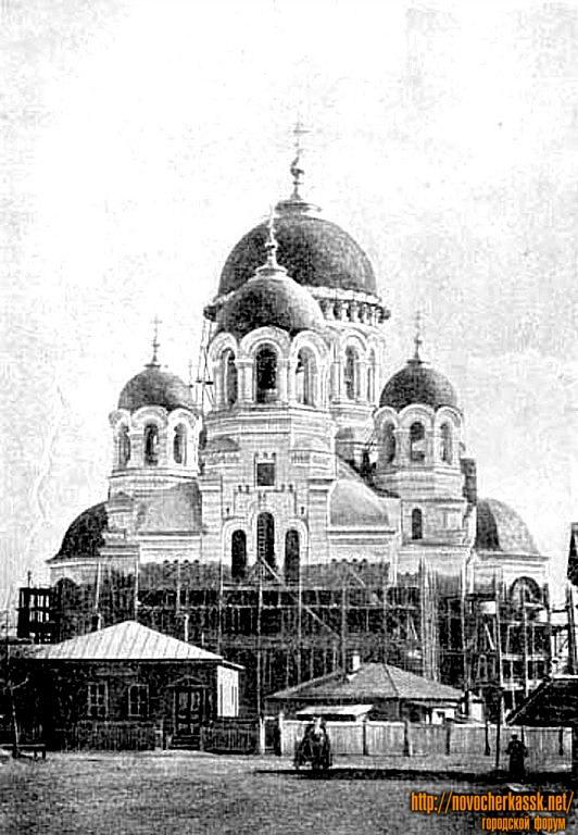 Строительство собора и временные строения перед ним