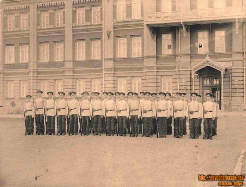 Воспитанники 6-го класса кадетского корпуса в строю