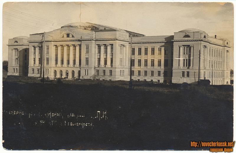 Главный корпус ДПИ со стороны стадиона