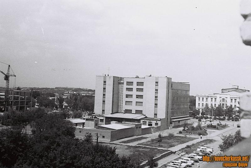 Вид на «Универмаг» с ул. Атаманской, видно строящееся здание администрации