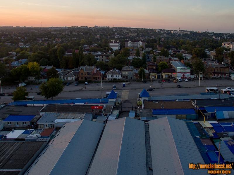Платовский проспект. Впереди - павильоны Азовского рынка