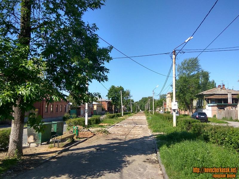 Спиленные деревья на улице Просвещения