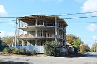 Строительство трехэтажного дома на углу Щорса и Ларина