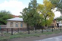 Заборчик на аллее на улице Александровской перед второй школой