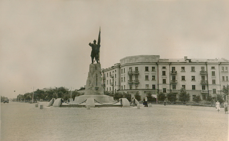 Памятник Ермаку и дом на углу