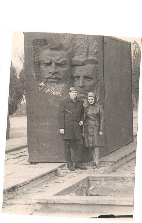 Памятник на пл. Троицкой