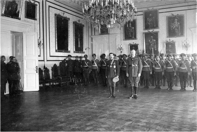 Атаман Богаевский А.П. с представителем английской миссии, и караулом из казаков-гвардейцев, Новочеркасск, Атаманский дворец