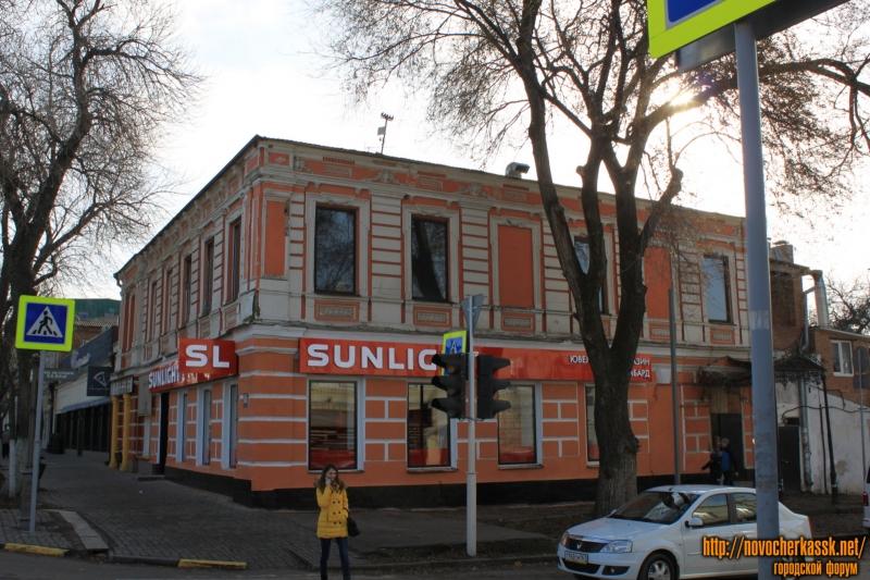 Угол Московской и Лебедя. Магазин «Sunlight»