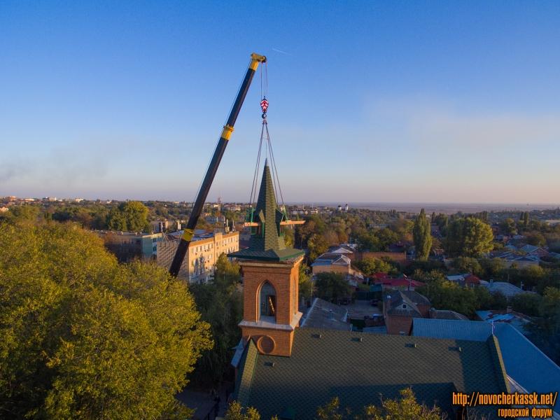 Монтаж новой крыши на кирхе на улице Михайловской