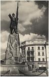 Памятник Ермаку (надпись на магазине: «Бакалея - гастрономия»)