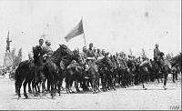 Конница Донской армии на параде принимает благословение архиепископа на Соборной площади