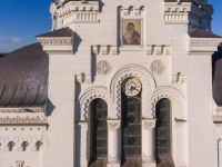 Икона и часы на соборе